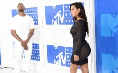 Kim Kardashian rouba holofotes com VESTIDO TRANSPARENTE nos VMA