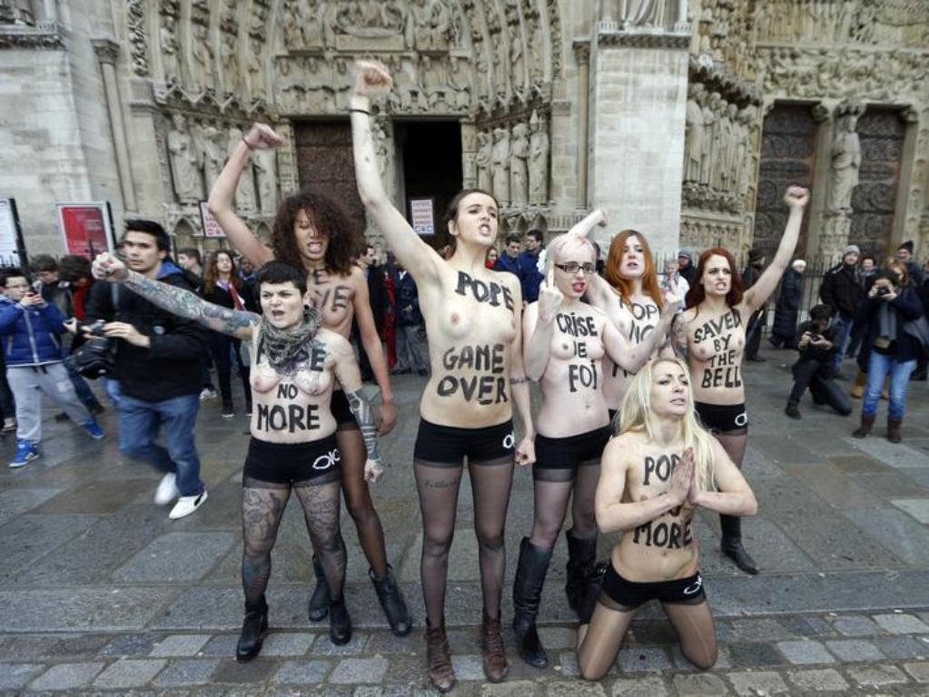 naked-notre-dame-girl-hair-show