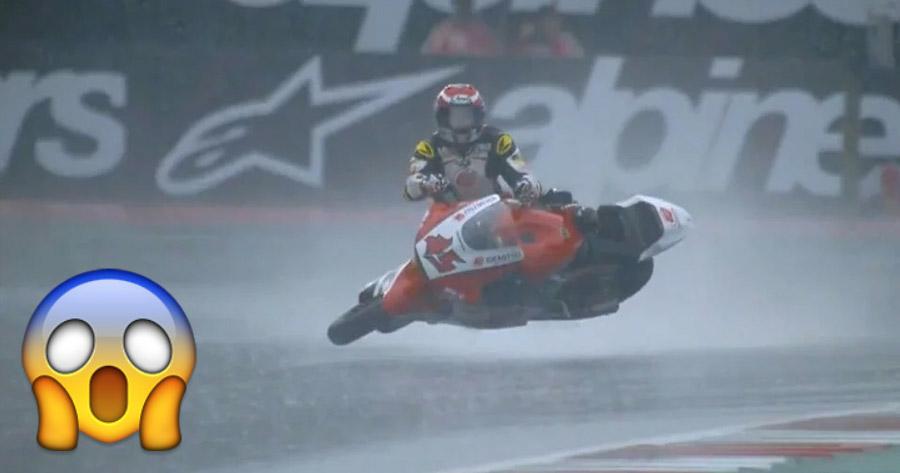 Piloto de Moto 2 transforma-se em SURFISTA a Meio da Prova