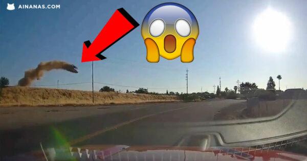 """Carro """"voa"""" para fora da estrada em ACIDENTE ASSUSTADOR"""