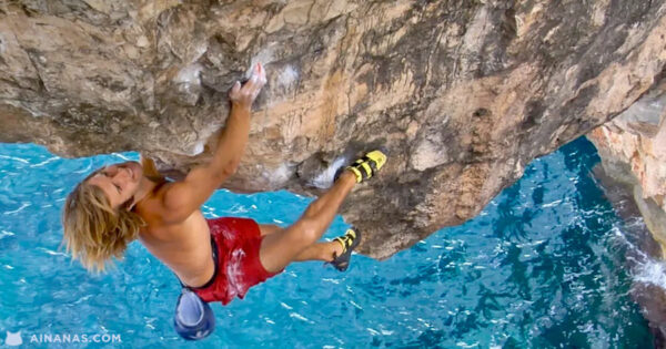 Escalada INCRÍVEL de um arco rochoso na costa de Maiorca