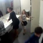 Crianças a Fazer Sexo à Descarada num WC público