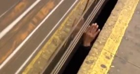 Apenas um gajo a fumar o seu cigarrinho… por baixo do metro!