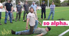 Ex-Ranger Americano demonstra técnica épica para pegar em alguém inconsciente
