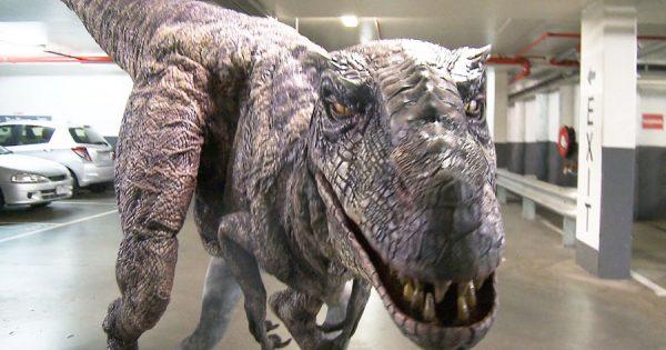 Dinossauro MEGA REALISTA à Solta num Parque de Estacionamento