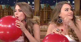 Sofia Vergara entrevistada enquanto inala Helio de um Balão