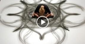 Artista Pinta com Movimento do Corpo e o Resultado é Mágico