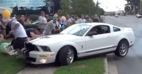 Nabo Perde o Controlo de um Shelby GT500 e Espeta-se Contra a Multidão