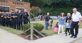 Esquadra Inteira Aparece no 1º dia de Aulas de Menina que Perdeu o Pai