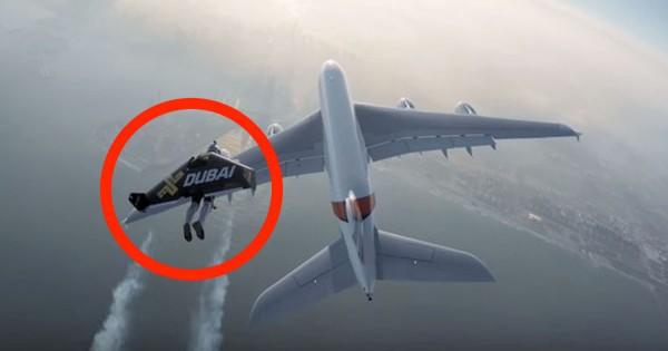 Malucos com Jetpack Voam Atrás de Avião Comercial