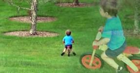 Puto espeta-se contra árvore e o pai caga-se a rir