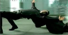 Breakdancer Desafia a Gravidade: Matrix Style