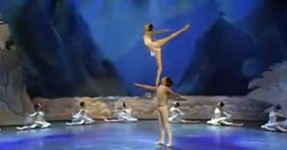 """Versão Surreal de """"Lago dos Cisnes"""" (ASIANS!)"""