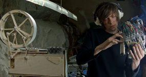 """Artista constroi Caixa de Música e """"Modulino"""" para tocar a sua Música"""