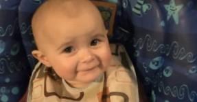 A Reação Emocionada de um Bebé ao Canto da Mãe