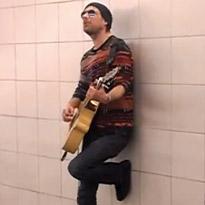 """""""Knocking on Heaven's Door"""" no Metro de Barcelona"""