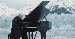 Pianista Toca Entre Glaciares que Colapsam