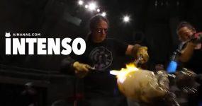 HIPNOTIZANTE: mestres vidreiros trabalham em conjunto para fazer tartaruga épica