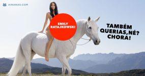 Emily Ratajkowski nua em cima de um cavalo