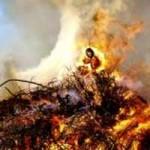 Mulher acusada de bruxaria é queimada viva