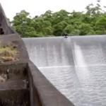 Barragem usada como MEGA escorrega