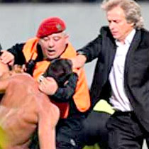 Jorge Jesus enfrenta a Polícia para Defender Adepto