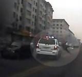 Polícia Atropela Peão e Segue Caminho (China)
