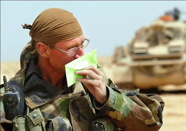 soldado com carta